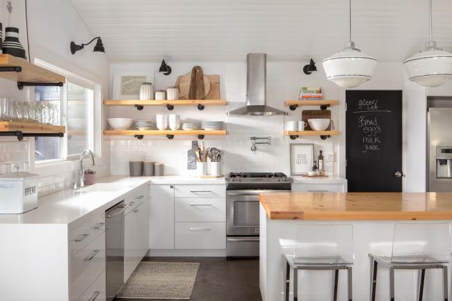 Cuisine lumineuse de style éclectique avec étagères ouvertes en bois