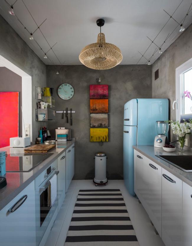 Petite cuisine éclectique avec des murs gris et de petites peintures lumineuses