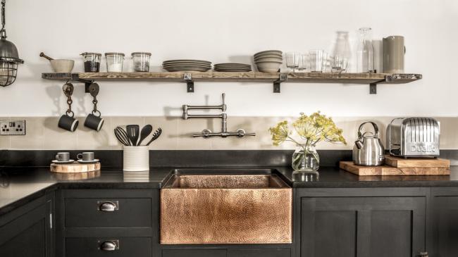 De beaux meubles de cuisine noirs peuvent aussi être confortables