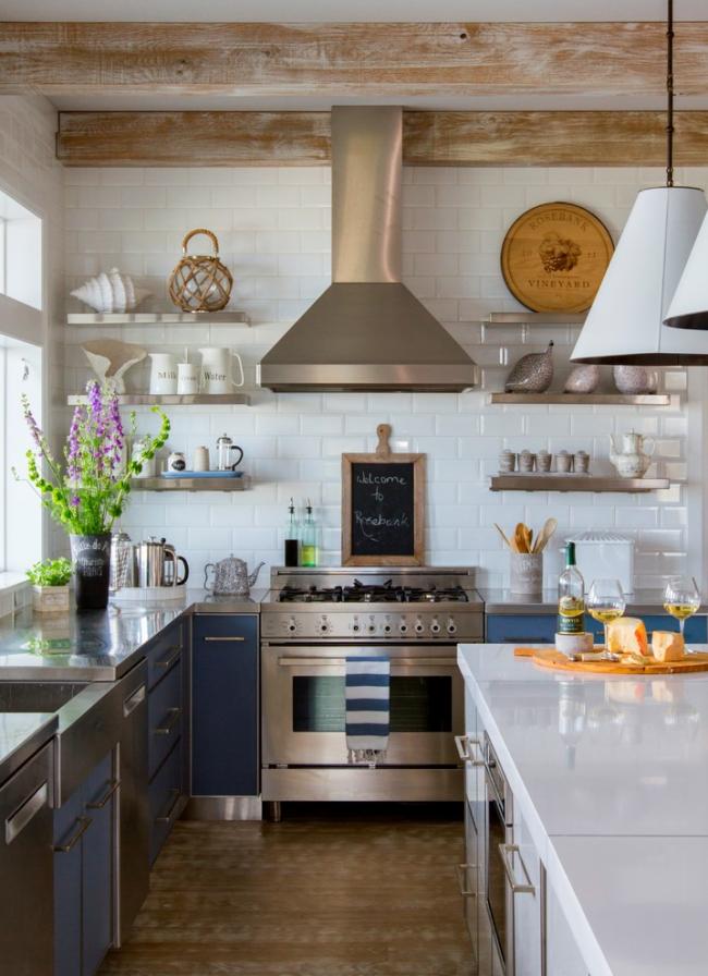 Cuisine de style champêtre avec poutres en bois et petites étagères au lieu d'armoires encombrantes