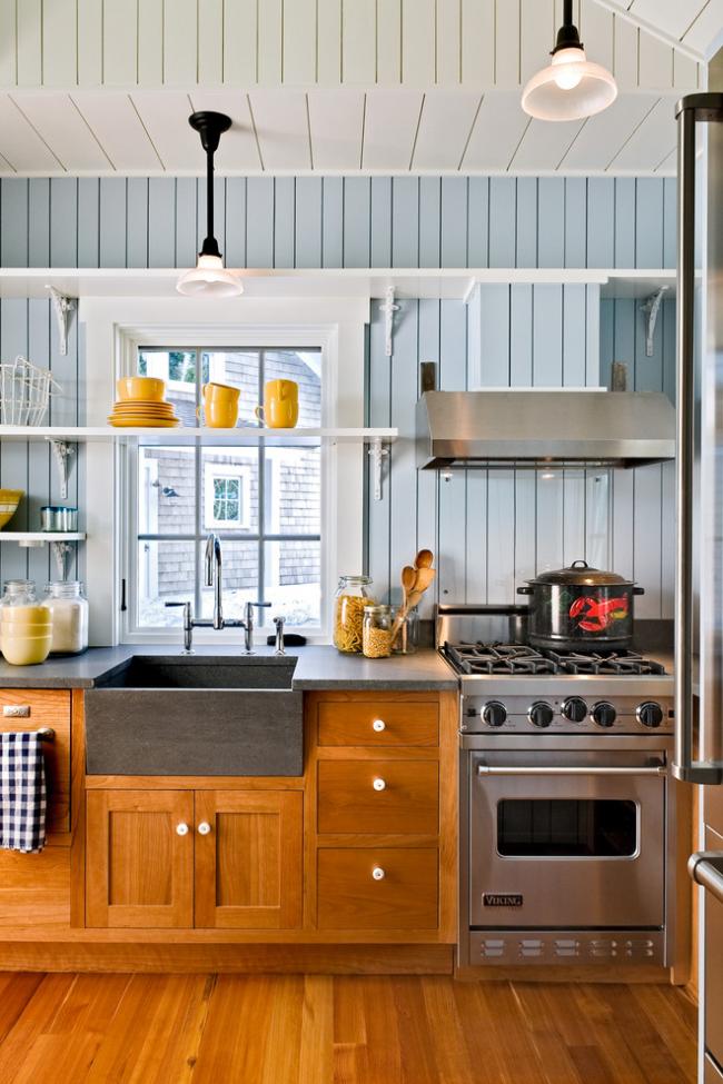 Une cuisine sans armoires supérieures semble plus légère