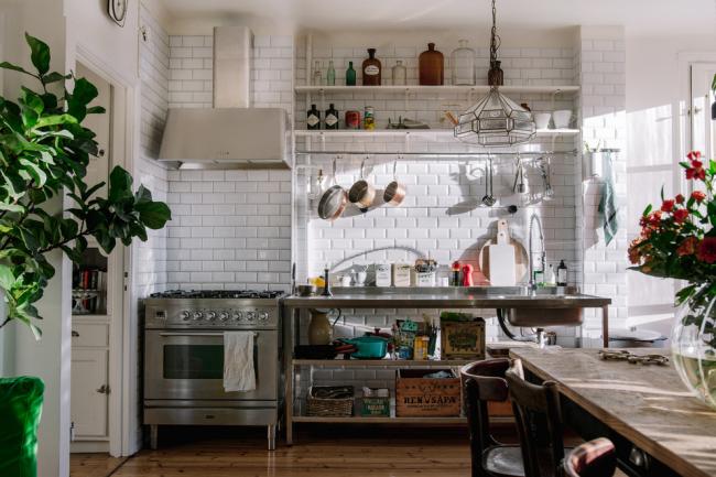 Une cuisine éclectique sans grandes armoires fermées est une option économique