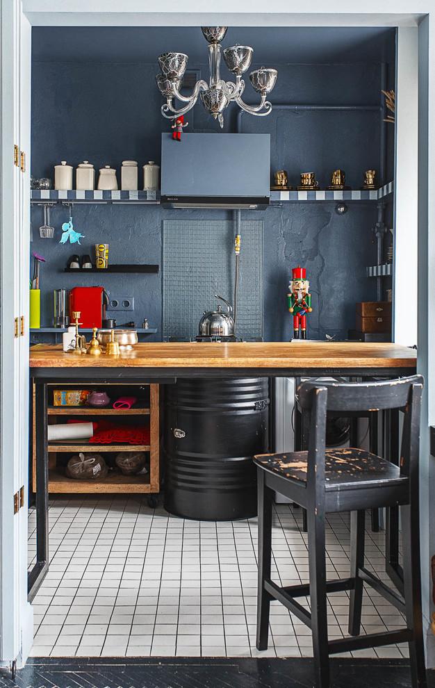 Une petite cuisine éclectique sombre est décorée avec des étagères ouvertes avec différents ustensiles