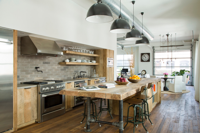 Grande cuisine moderne dans les tons gris et beige avec façades en bois
