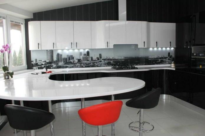Intérieur de cuisine avec un comptoir de bar combiné avec un ensemble de cuisine