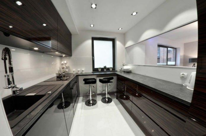 petite cuisine avec un bar près de la fenêtre