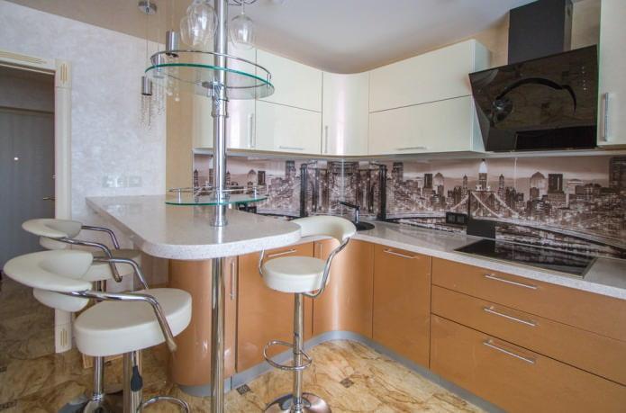Petit comptoir de bar dans la cuisine