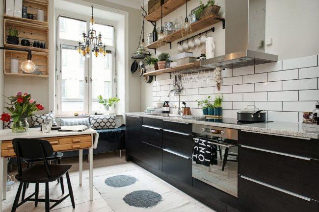 Combinaison confortable de noir, blanc et brun clair dans la cuisine scandinave
