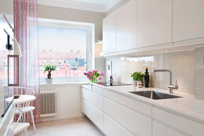 Murs et meubles laiteux, comme alternative au design de cuisine scandinave blanc stérile