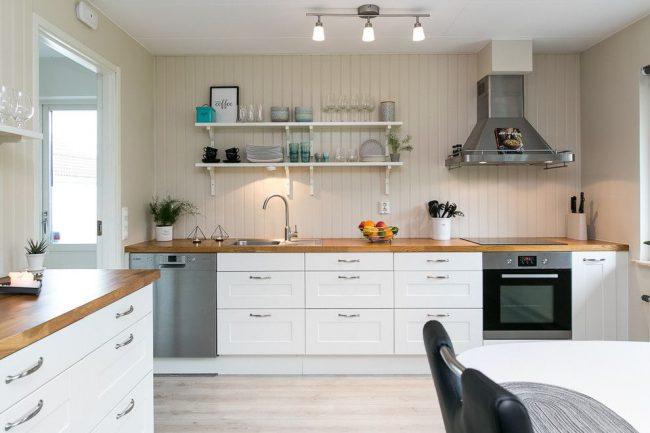 Murs de couleur crème dans la conception de l'intérieur de la cuisine scandinave