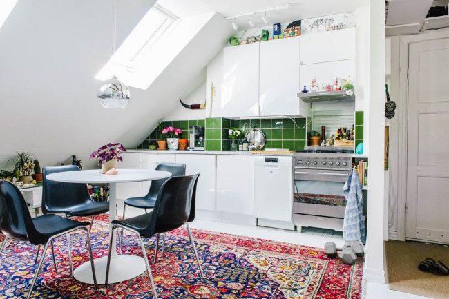 Un tablier fait de carreaux verts et un tapis lumineux au sol ajoutera des couleurs vives au style de cuisine scandinave standard.