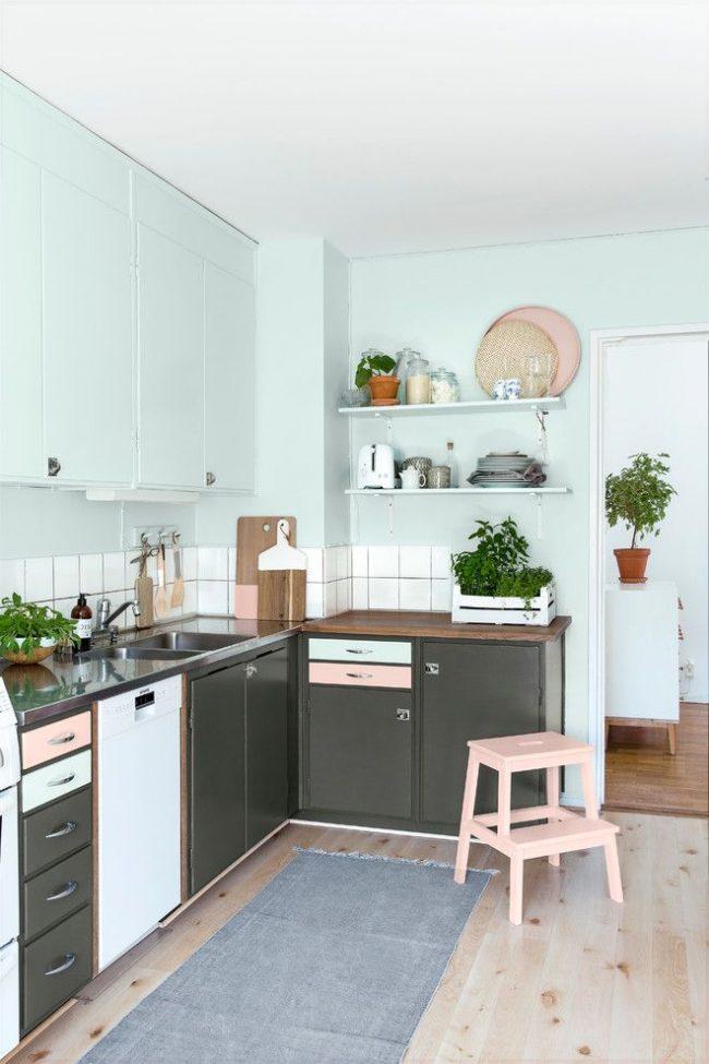 Bleu pastel combiné avec du gris dans une petite cuisine scandinave