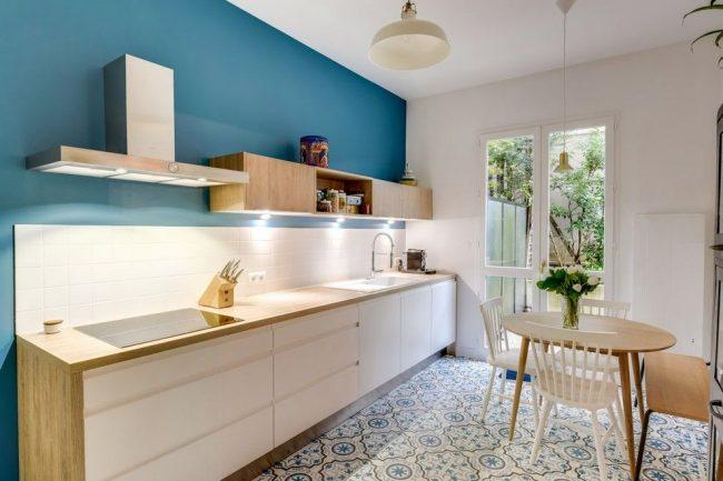 Un mur bleu-bleu diluera la couleur blanche de la cuisine de couleur scandinave