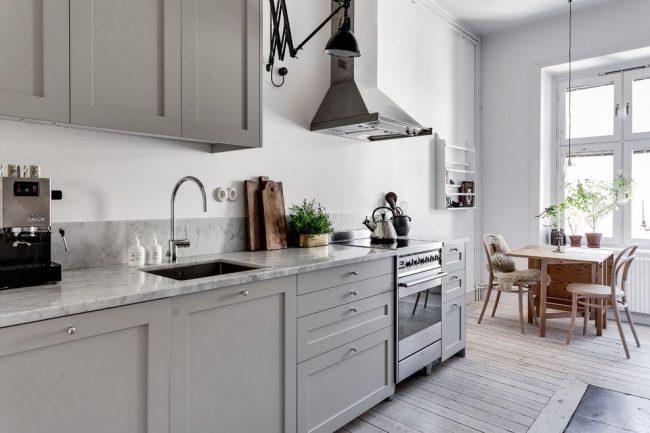 La cuisine de style scandinave a fière allure avec des meubles gris