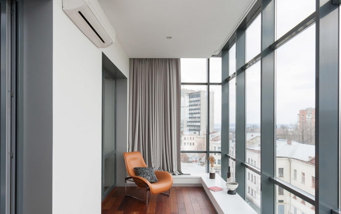 grand balcon avec fenêtres panoramiques