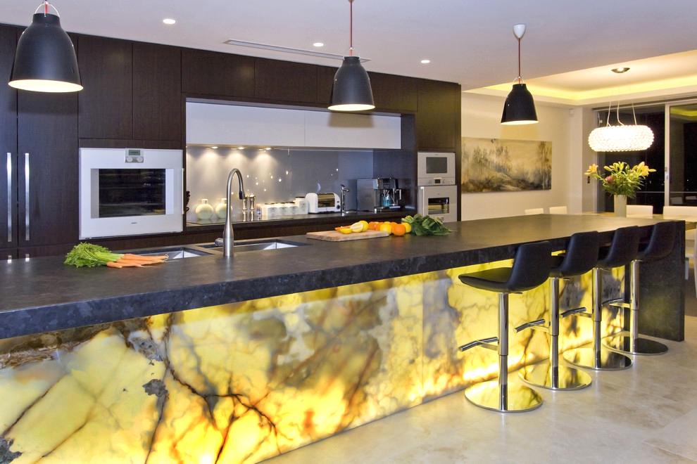 Un comptoir de bar en pierre est un élément significatif spécial, une carte de visite de l'intérieur