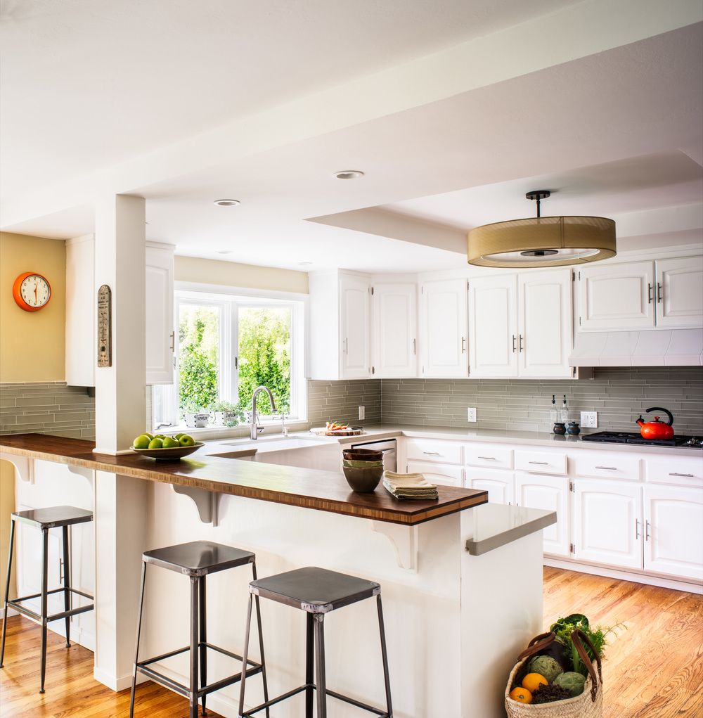 Comptoir de bar - une partition dans une cuisine moderne et lumineuse