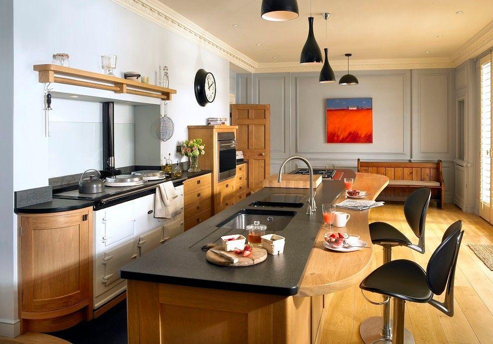 Comptoir d'îlot de cuisine en pierre artificielle combiné avec comptoir de bar en bois dans la cuisine rustique