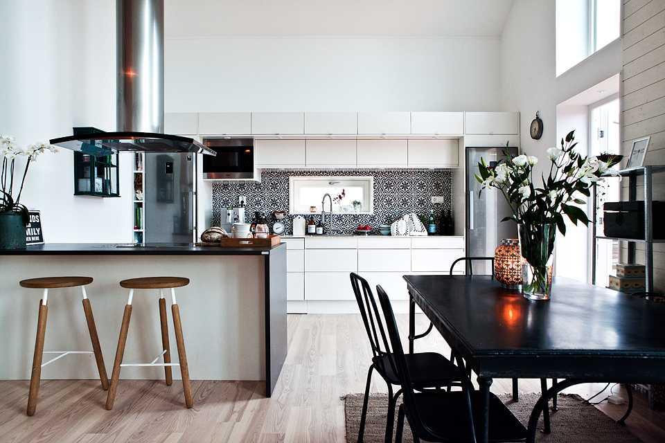 Cuisine-salle à manger, décorée dans un style scandinave