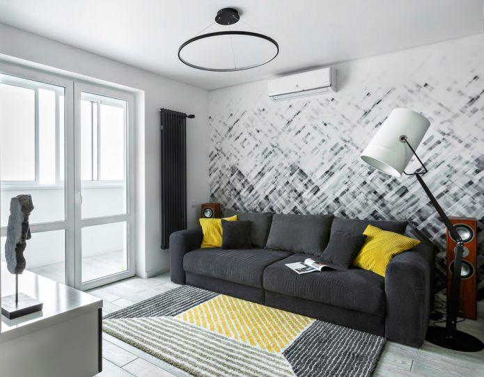 oreillers jaunes sur un canapé gris