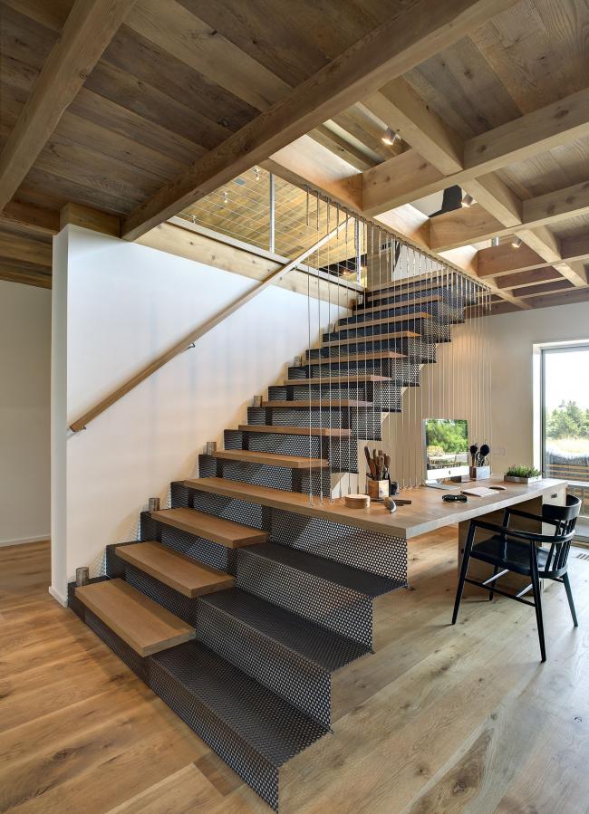 Une solution intéressante et fonctionnelle - l'une des marches de l'escalier se jette en douceur dans le bureau