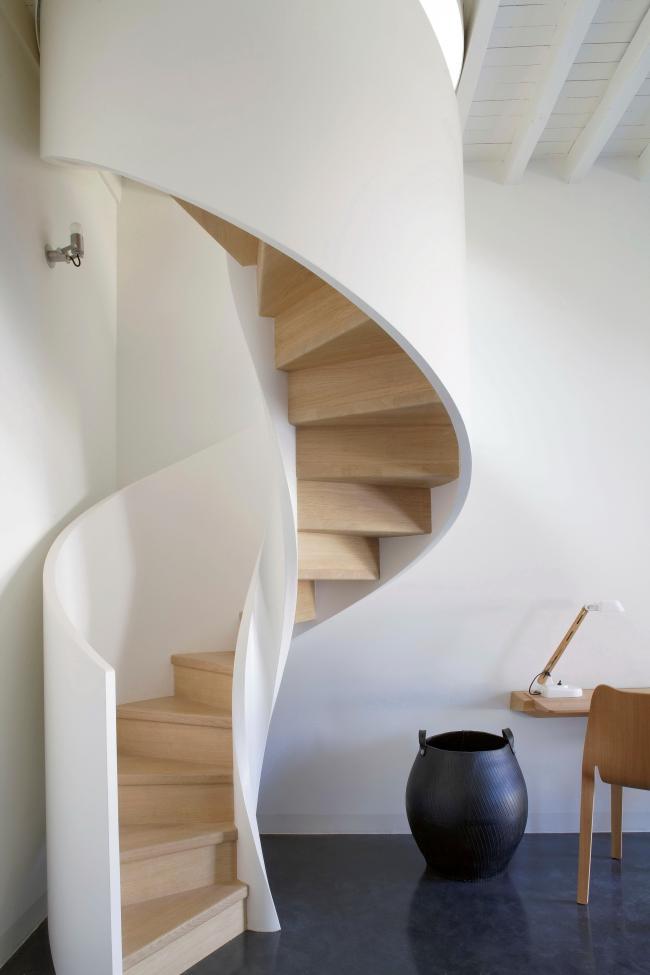 Les balustrades hautes rendent les escaliers plus sûrs à utiliser