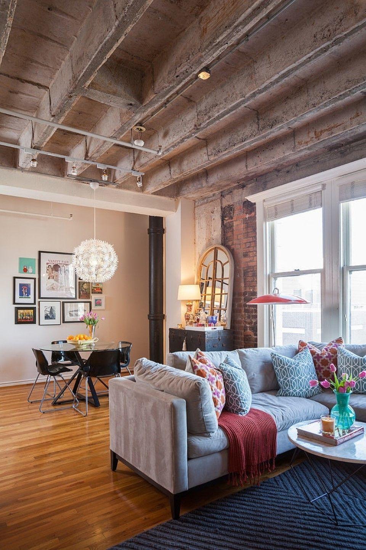 Plafond en béton avec pieux et mur de briques dans un appartement de style loft