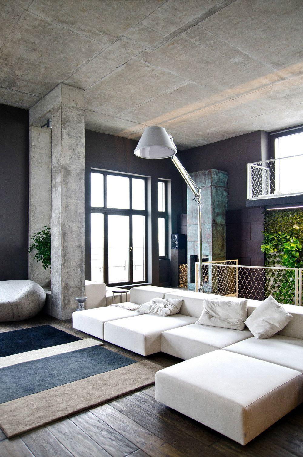 Plafond en béton et murs bleu foncé