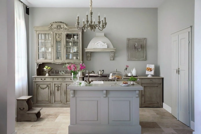 Style provençal à l'intérieur d'une cuisine grise