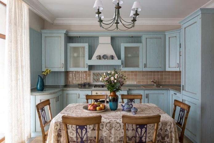 Style provençal à l'intérieur d'une cuisine bleue