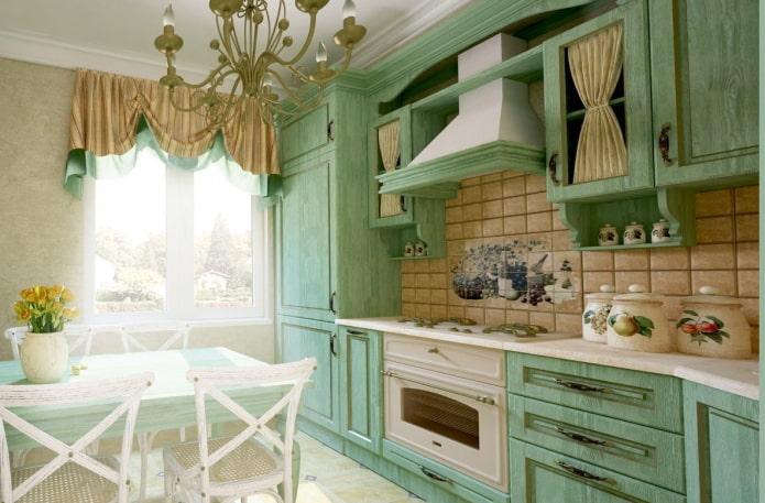 Style provençal à l'intérieur d'une cuisine verte