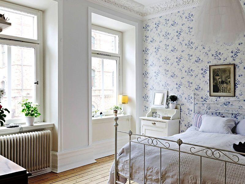 Motif floral délicat sur le papier peint dans la chambre