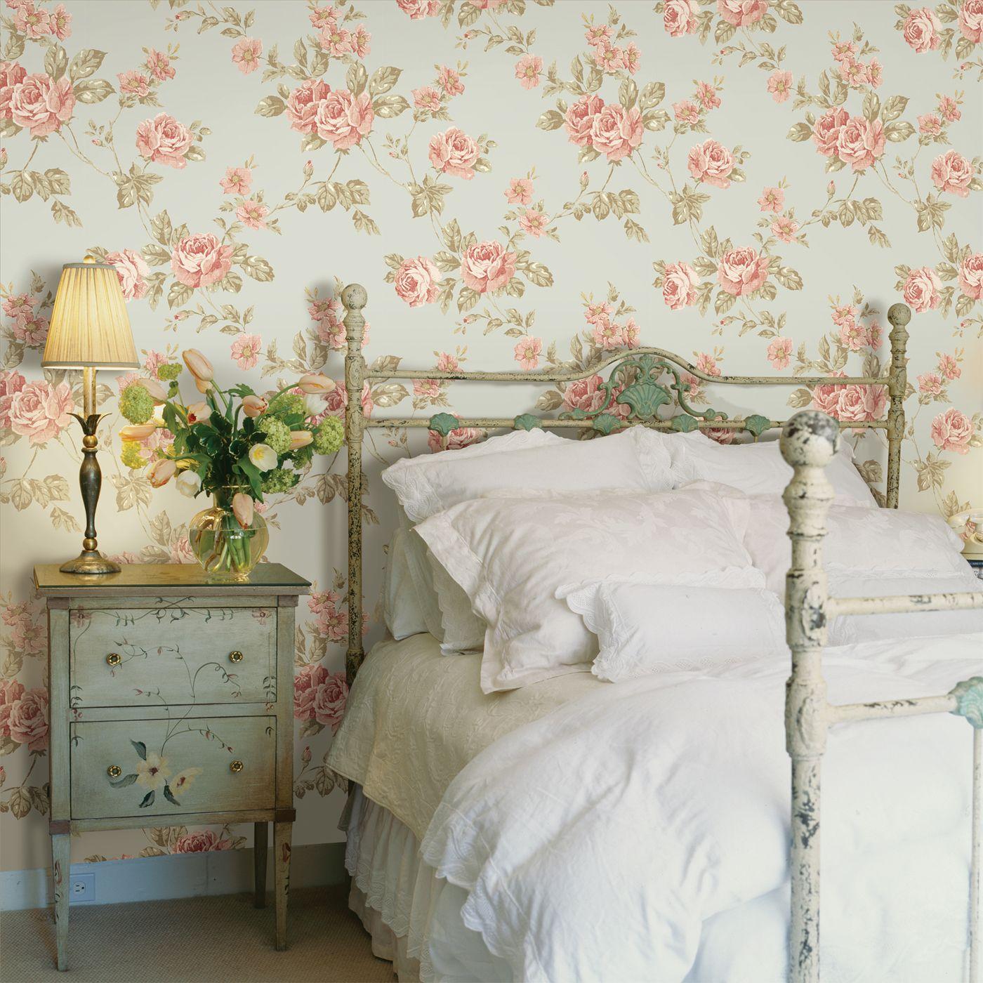 Roses sur le mur dans une chambre de style provençal