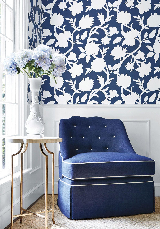 Contour blanc de fleurs sur fond bleu vif