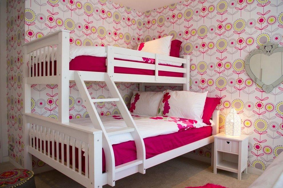 Papier peint à imprimé floral stylisé dans la chambre d'enfant