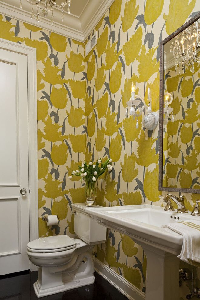 Élégants murs jaune vif dans la salle de bain
