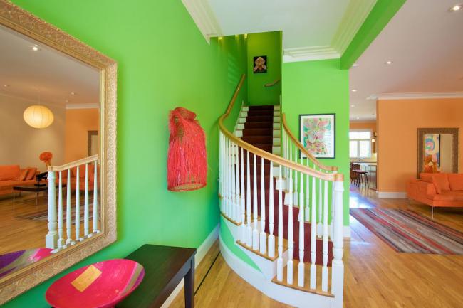 Crier vert dans un couloir éclectique