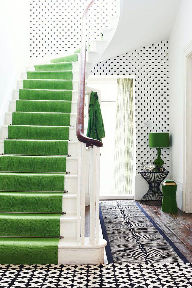 La conception du couloir avec des éléments de vert évoque des associations extrêmement agréables.