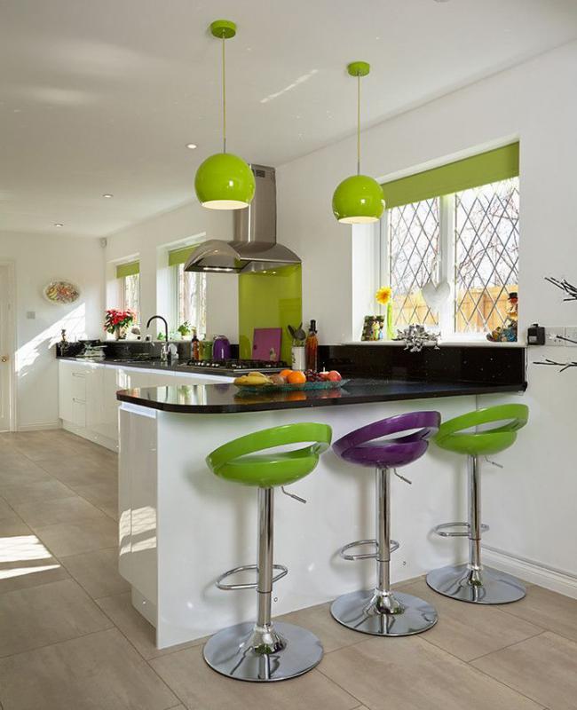 Des accessoires vert clair et des stores enrouleurs aideront à créer une atmosphère légère