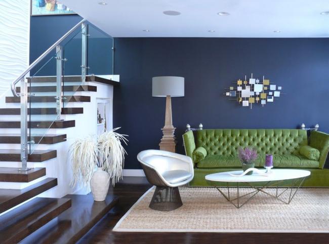 Le canapé vert du salon est la toile de fond parfaite pour aider