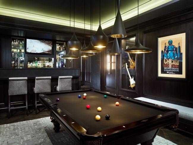 Un plafond tendu en flèche est une option peu coûteuse et belle pour la finition de votre intérieur