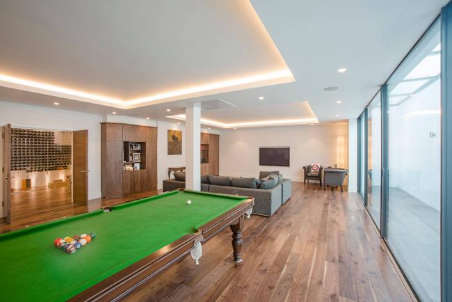 Un plafond tendu en flèche devient très populaire dans les intérieurs modernes.