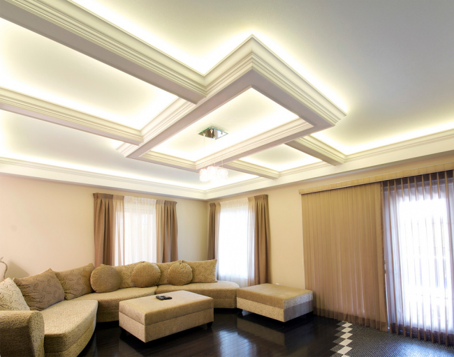 Plafond montant dans un style classique à l'intérieur du salon
