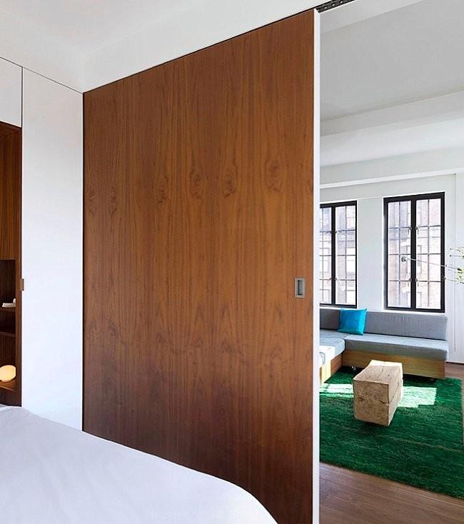 Cloison en bois séparant la chambre du salon