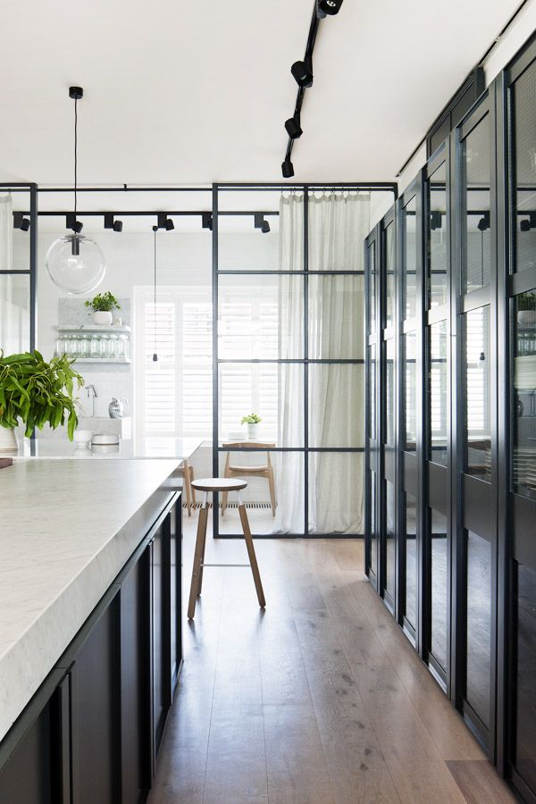 Cloison en verre légère et minimaliste séparant les deux zones de la cuisine