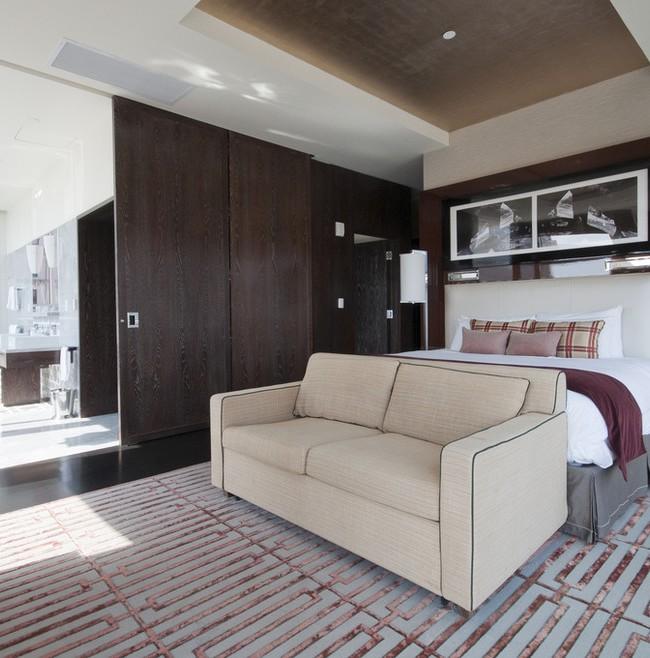 Une cloison en bois foncé solide est spectaculaire dans la chambre