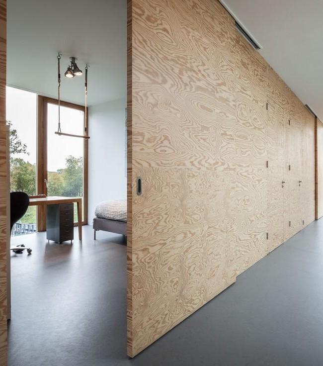 Intéressante cloison en bois séparant le bureau du couloir