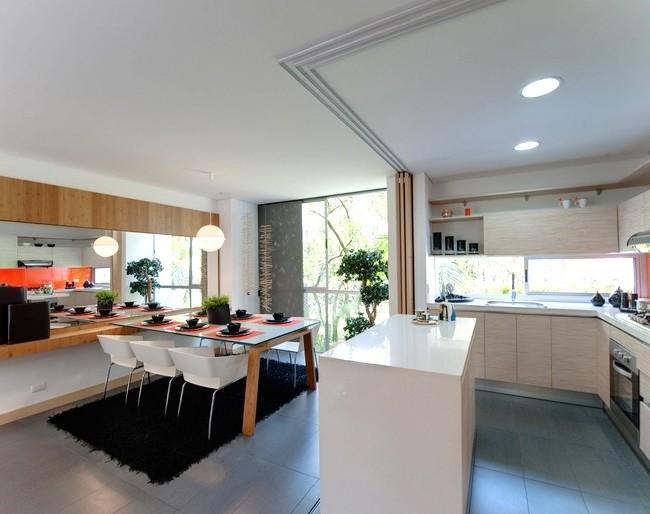 En séparant la cloison, vous pouvez obtenir une salle à manger confortable