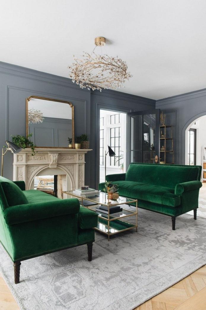canapé vert dans la salle grise