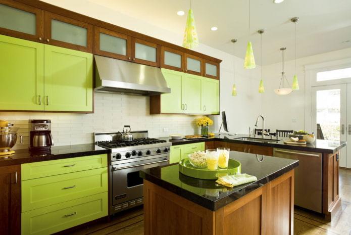 cuisine marron aux façades vertes
